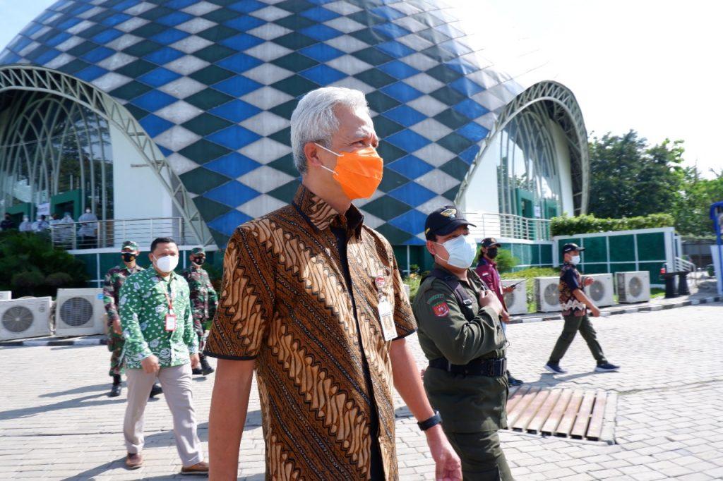 Gubernur Jawa Tengah Kunjungi Sentra Vaksinasi Massal di Kampus Unimus